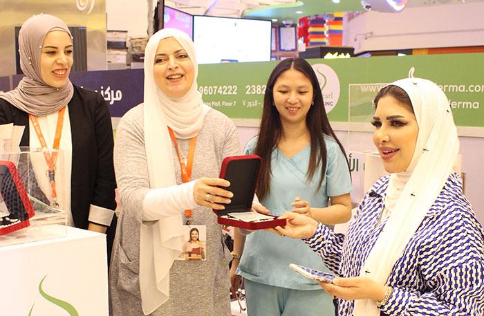staff-presenting-gift-with-reham-alshatti-mothersday