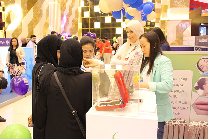 staff-talking-to-patients-at-the-booth