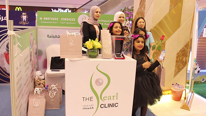 pearl-derma-staff-with-influencers-at-mothers-day-booth